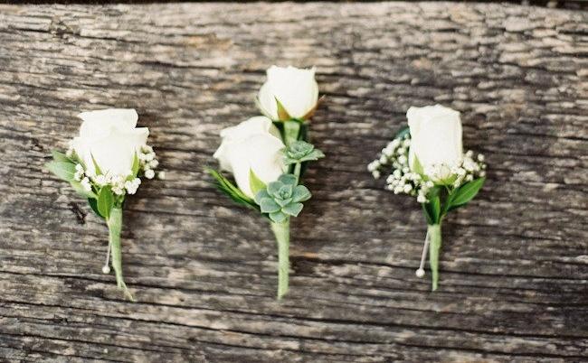 butonierka z róży do ślubnego smokingu