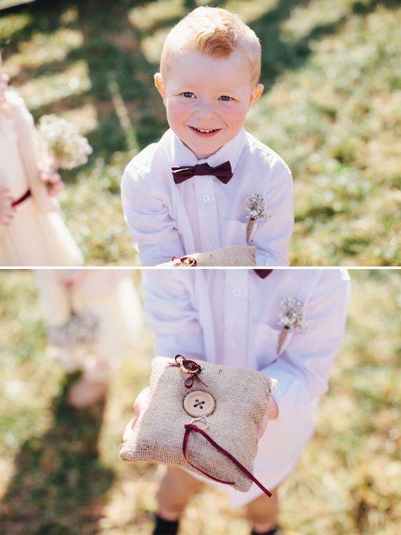 chłopczyk z obrączkami ślubnymi