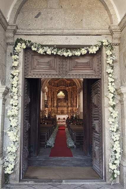czerwony dywan w kościele na ślub