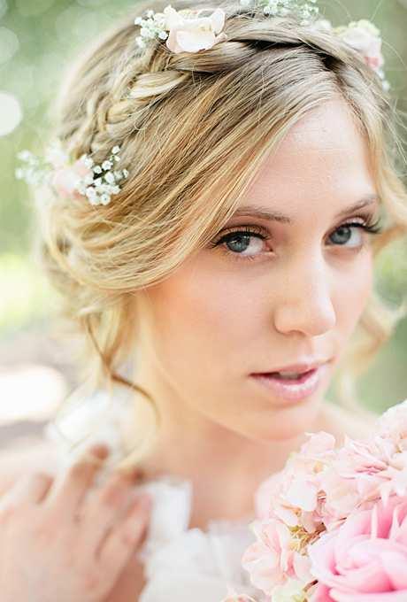 delikatne kwiaty w upięciu ślubnym z warkoczem