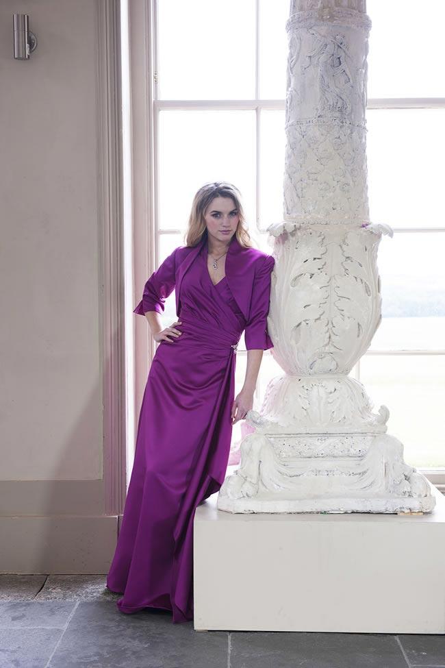 długa fioletowa suknia z bolerkiem dla panny młodej