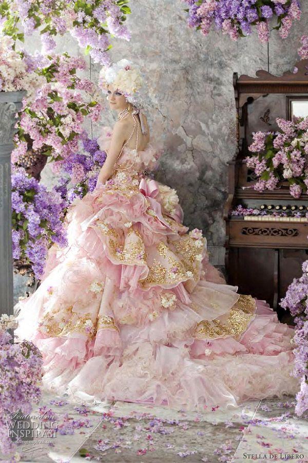 ekstrawagancka różowa suknia ślubna ze złotymi nićmi