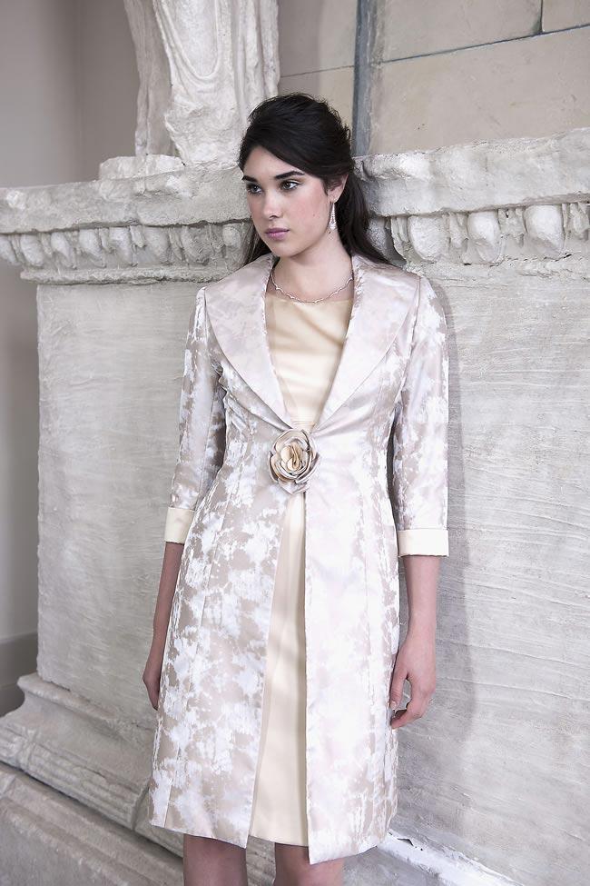 elegancki płaszczyk w kolorze ecru dla mamy panny młodej