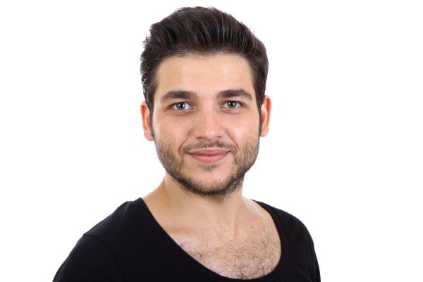 fryzura dla pana młodego z gęstych włosów uniesionych do góry