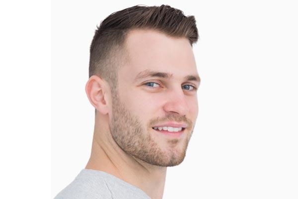 fryzura dla pana młodego z gęstych włosów - przystrzyżonych po bokach i ułożonych na żel