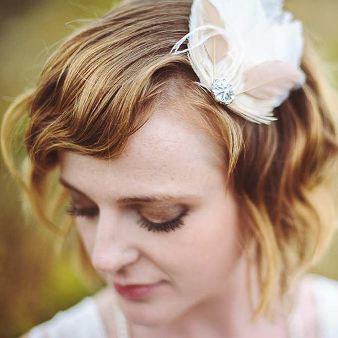 fryzura ślubna z krótkich włosów - falowany bob z ozdobą z piórka