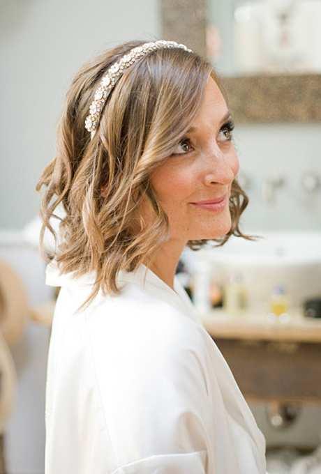fryzura ślubna z krótkich włosów - falowane z opaską z biżuterii
