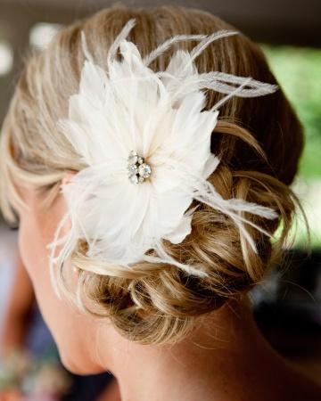 fryzura ślubna z piórkiem