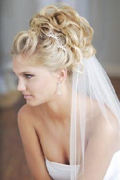 fryzura ślubna z welonem