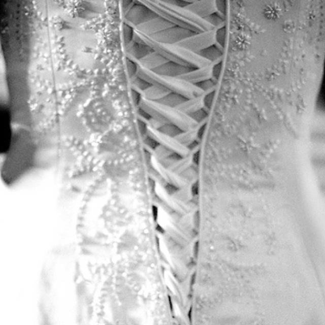 biały gorset w sukni ślubnej