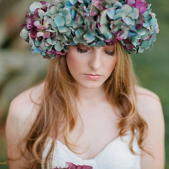 imponująca korona z hortensji na włosy