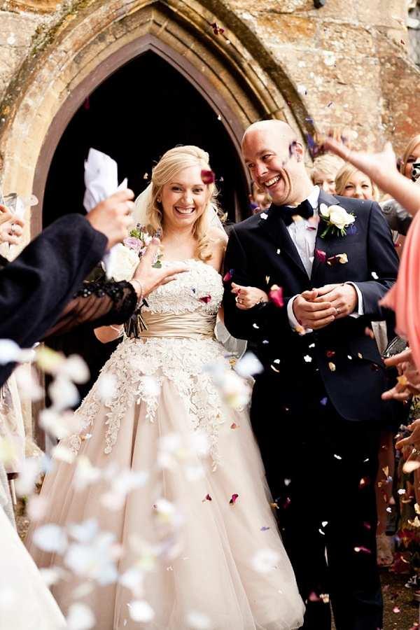 inspiracje ślubne - płatki kwiatów po wyjściu z kościoła