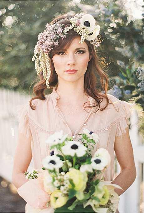 kaskadowa korona z kwiatów na włosach