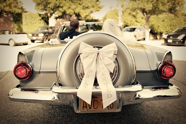 kokarda na samochodzie śłubnym