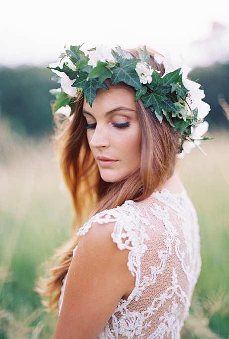 korona na ślub z bluszczu i białych kwiatów