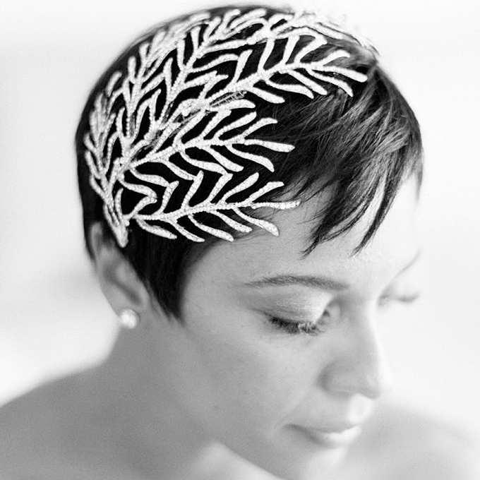 fryzura ślubna z krótkich włosów z imponującą ozdobą z kryształków górskich