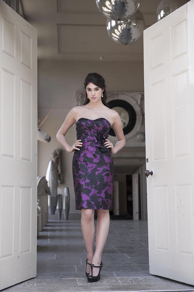 krótka sukienka w czerni i fiolecie dla mamy panny młodej