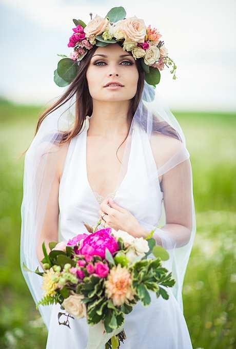 kwiatowa korona na głowie panny młodej