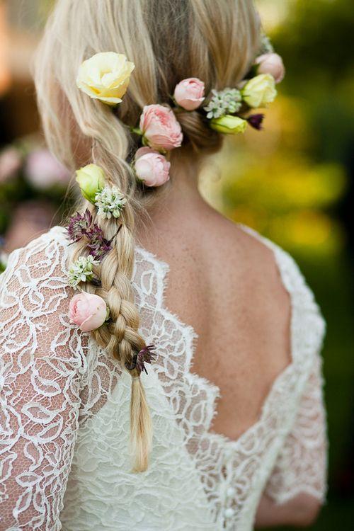 kwiaty wplecione w warkocz ślubny
