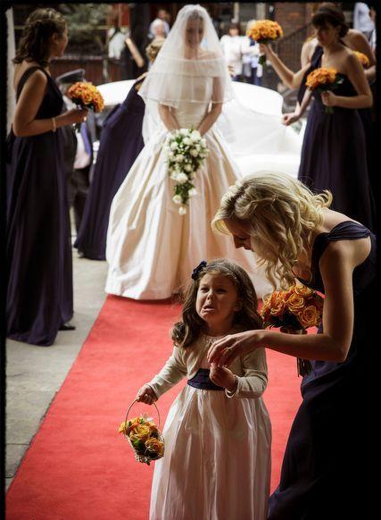mała dziewczynka z kwiatkami i grymasem