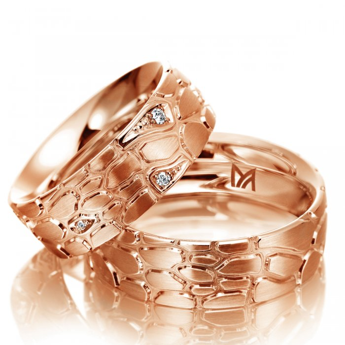 obrączki z różowego złota imitujące skórę