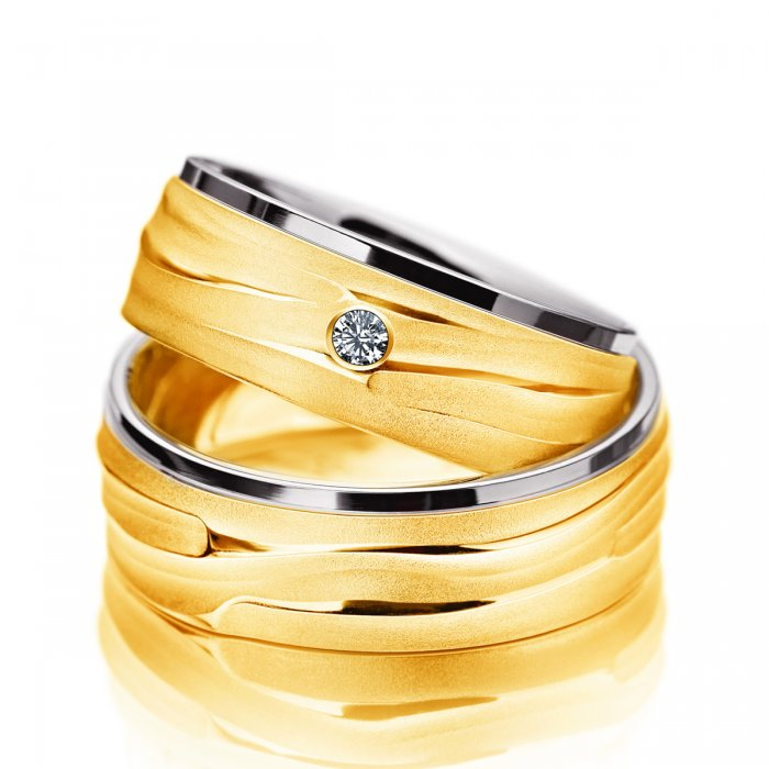 obrączki z żółtego złota o ciekawej strukturze i z brylantem
