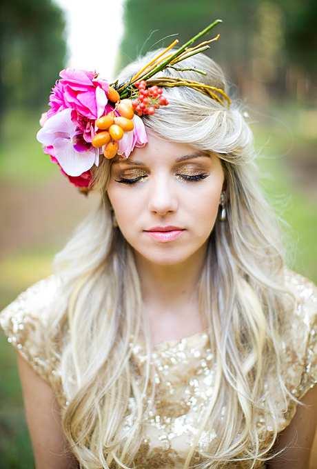 oryginalna kwiatowa korona z kwiatów i owoców