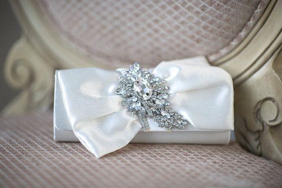 ozdobna biała torebka ślubna z broszką