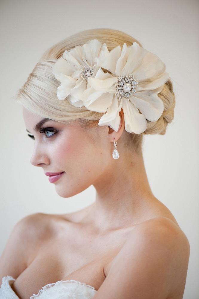 kwiatowe ozdoby we włosach panny młodej