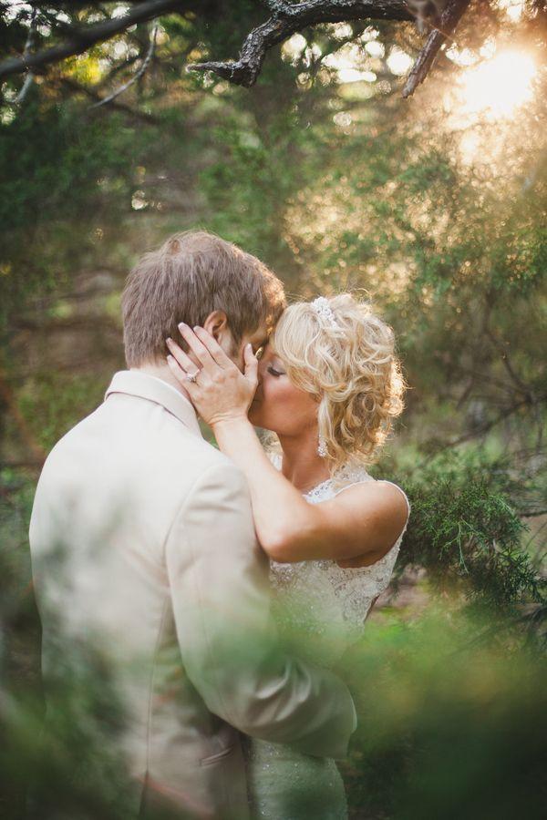 pan i panna młoda w leśnej scenerii