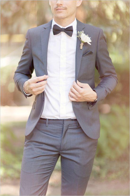 pan młody w garniturze ślubnym z muchą