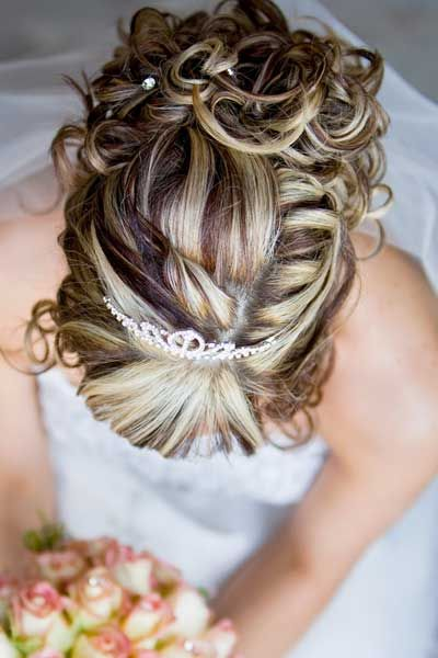 fryzura ślubna z pasemkami