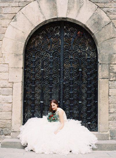 panna młoda w rozłożystej sukni ślubnej