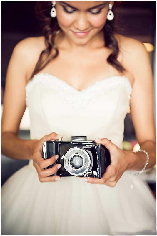panna młoda z aparatem fotograficznym