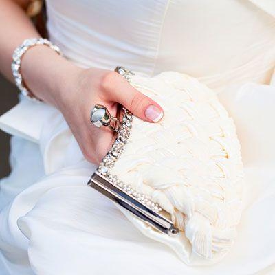 panna młoda z torebką ślubną
