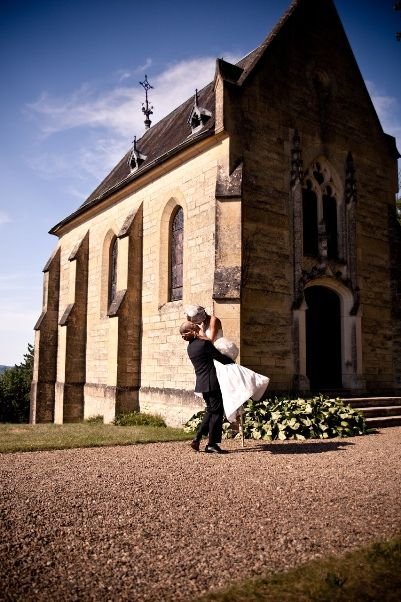 para młoda przed kościołem