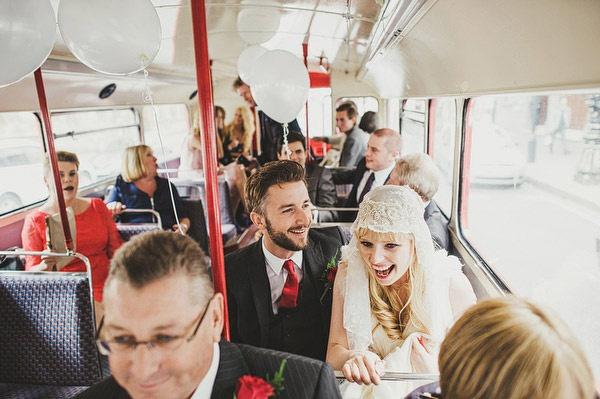 para młoda w autobusie