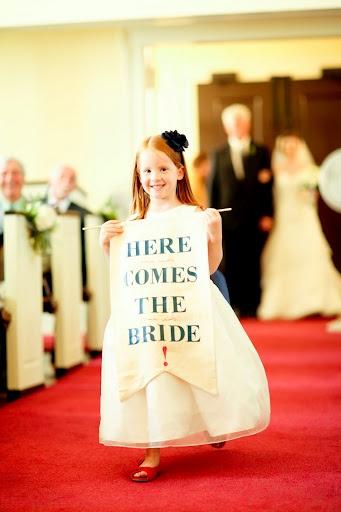 para młoda wchodząca do kościoła i mała dziewczynka z napisem