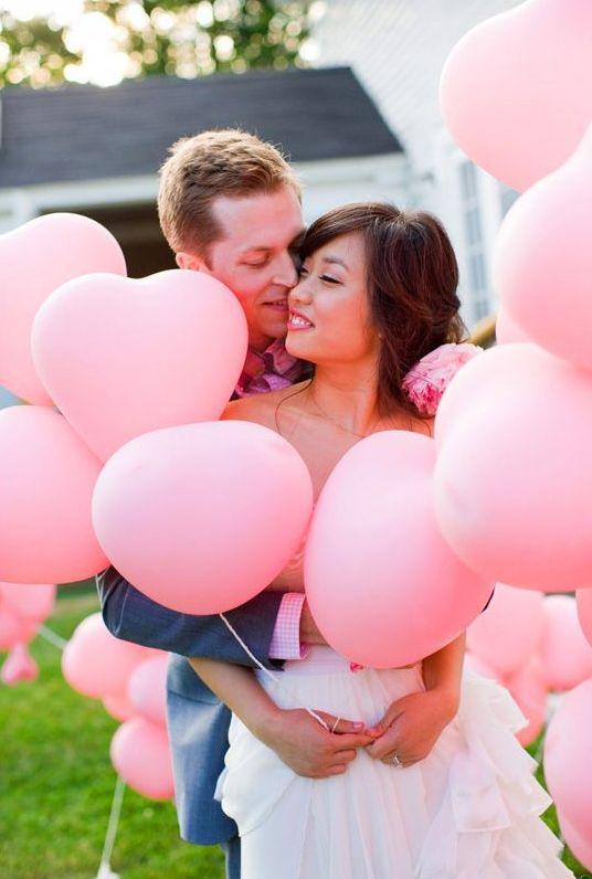 para młoda z różowymi balonami
