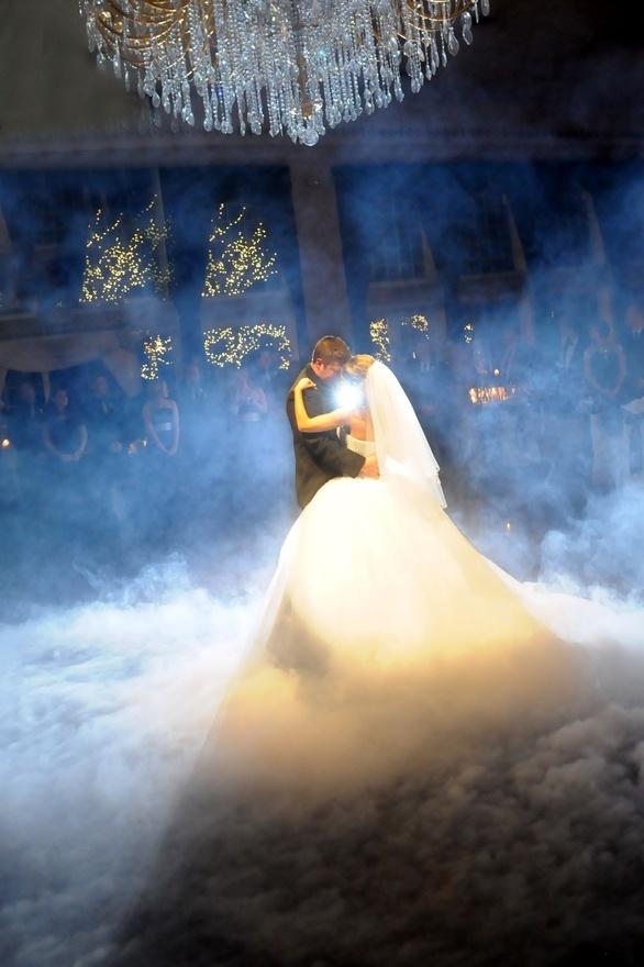 pierwszy taniec pary młodej we mgle
