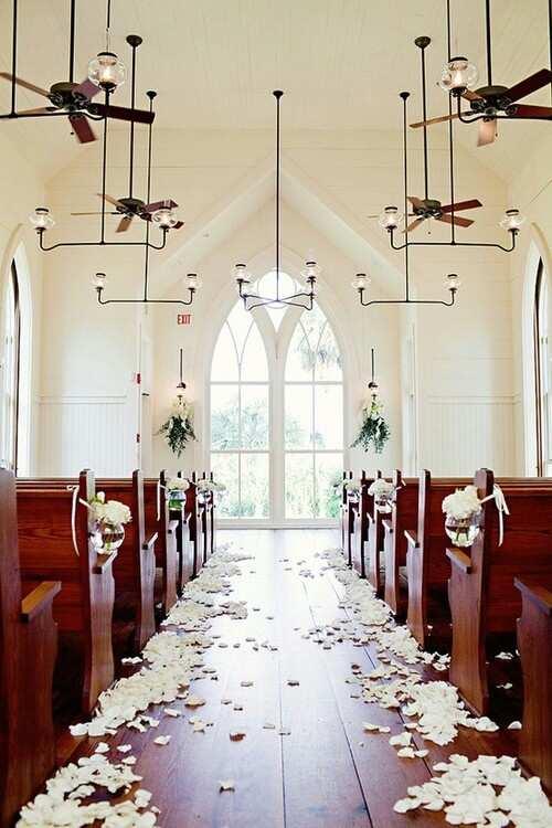 płatki róż w kościele na ślub