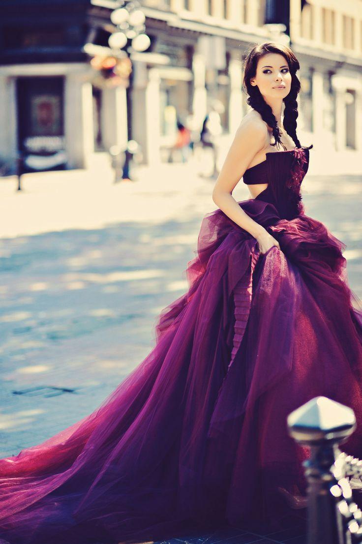 purpurowa suknia ślubna