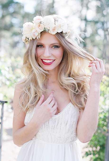 romantyczna korona z białych i herbacianych róż