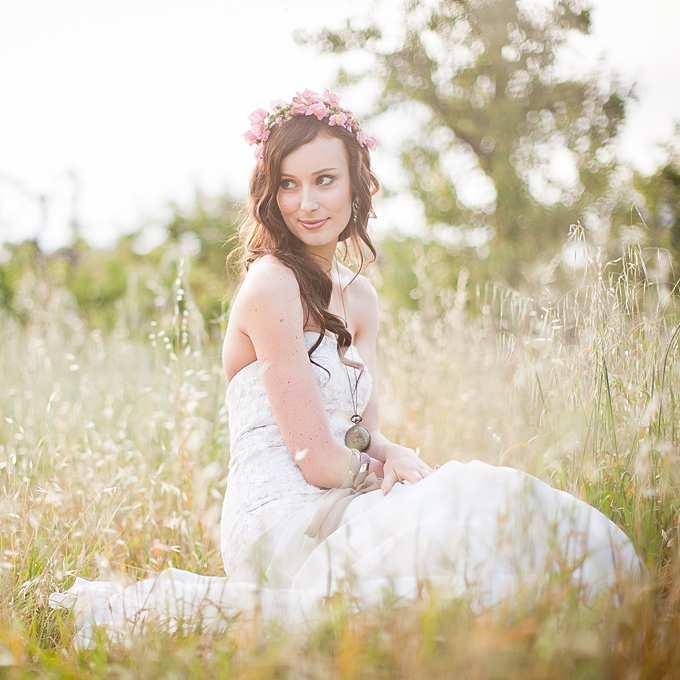skromny ślubny wianek z różowych pąków