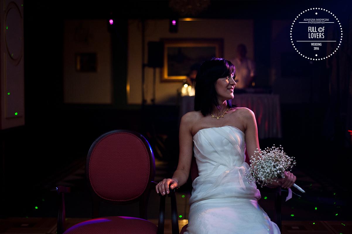 Panna Młoda na sali weselnej