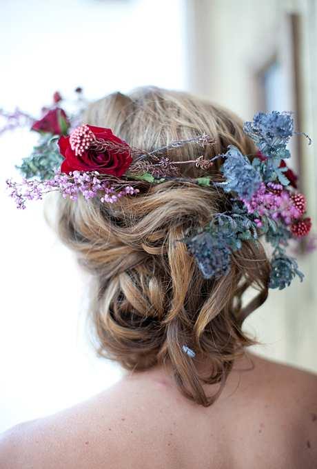 ślubna korona z kwiatów ogrodowych