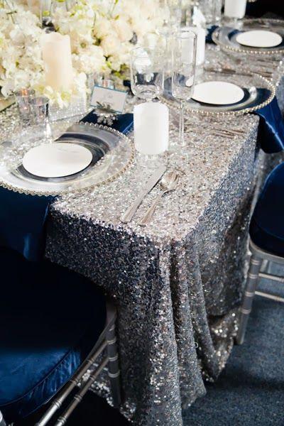 srebrny obrus na stole weselnym