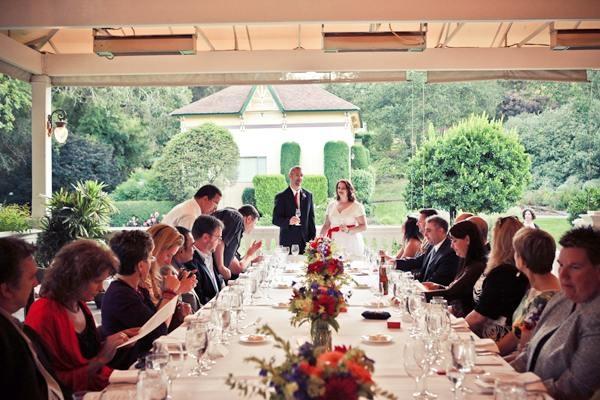 para młoda i goście przy stole weselnym