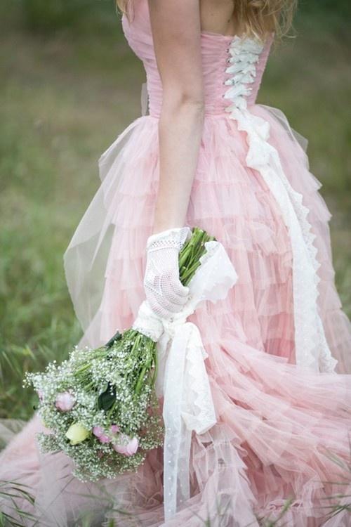strojna suknia ślubna w różowym kolorze