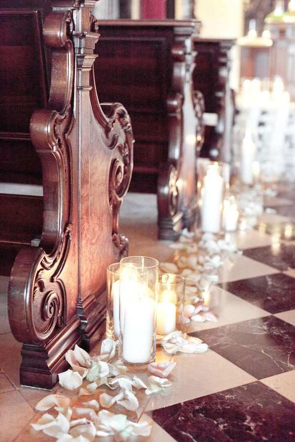 świece na posadzce kościelnej na ślub